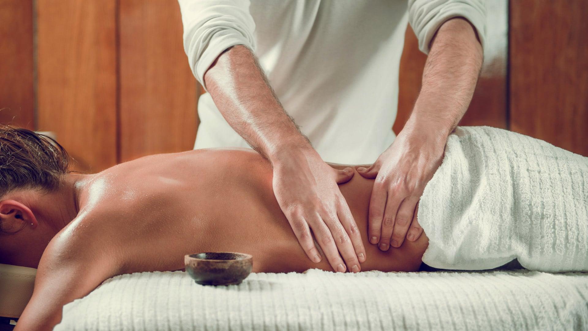 парень делает девушке массаж спины ощущения